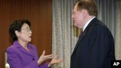 일본의 야마타니 에리코 납치문제 담당상이 지난해 11월 자신의 집무실에서 일본을 방문한 로버트 킹 미 국무부 북한인권특사와 대화하고 있다. (자료사진)