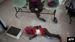 Bé gái bị mắc bệnh dịch tả nằm trong một bệnh viện ở Grande-Saline, Haiti, ngày 23/10/2010