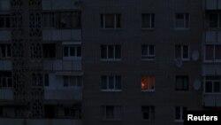 Ánh sáng duy nhất soi sáng một căn phòng ngày 24/11/2015, trong một tòa nhà dân cư ở Simferopol, Crimea.