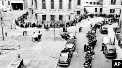 Antrean panjang penduduk New York untuk mendapatkan vaksinasi cacar di Bronx, New York, 14 April 1947, sebagai ilustrasi. (Foto: AP)