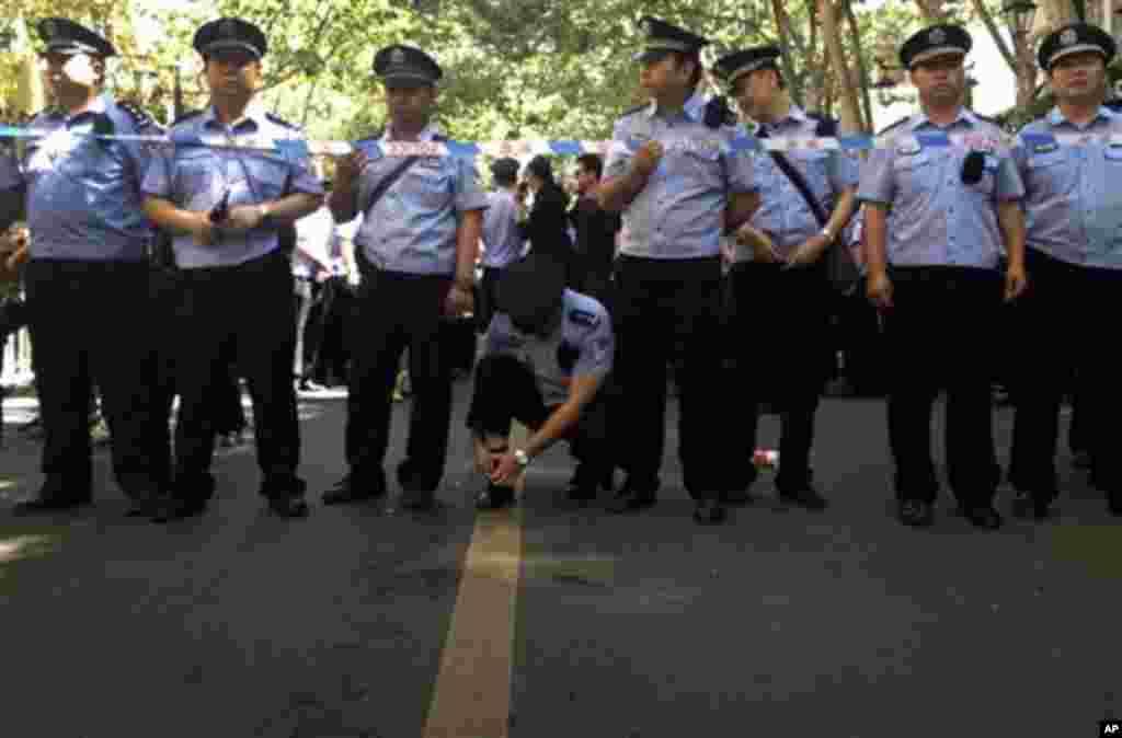 중국 남서부 윈난성 쿤밍에서 16일 정유공장 건설에 반대하는 대규모 시위가 열린 가운데, 시위 진압에 나선 공안들.