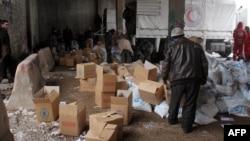 İdlib'de Kızılay'a ait bir depoda bekletilen yardım malzemeleri