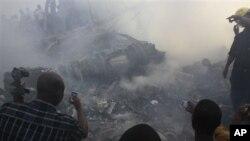 Nhiều người dùng điện thoại di động chụp ảnh nơi chiếc máy bay bị lâm nạn ở Lagos hôm 6/3/12