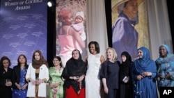 Ngoại trưởng Hoa Kỳ Hillary Clinton và Đệ nhất Phu nhân Michelle Obama chụp hình chung với các phụ nữ nhận giải Phụ Nữ Dũng cảm vào Ngày Quốc tế Phụ nữ năm 2012