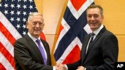 ARCHIVO - El Secretario de Defensa de Estados Unidos, Jim Mattis, saluda al Ministro de Defensa de Noruega, Frank Bakke-Jensen, antes de una reunión al margen de una reunión de Ministros de Defensa de la OTAN en la sede de la Alianza Atlántica en Bruselas, el miércoles 8 de noviembre de 2017.