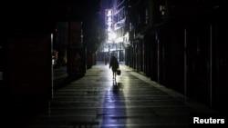 2020年2月1日,江西九江一女子走过一条寂静的商业街。由新型冠状病毒导致的武汉肺炎疫情仍在中国肆虐。(路透社)