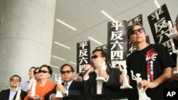 多位香港議員支持動議並戴墨鏡聲援陳光誠