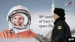 Poster sa likom Jurija Gagarina izložen u moskvi povodom 50. jubileja prvog čovekovog leta u kosmos