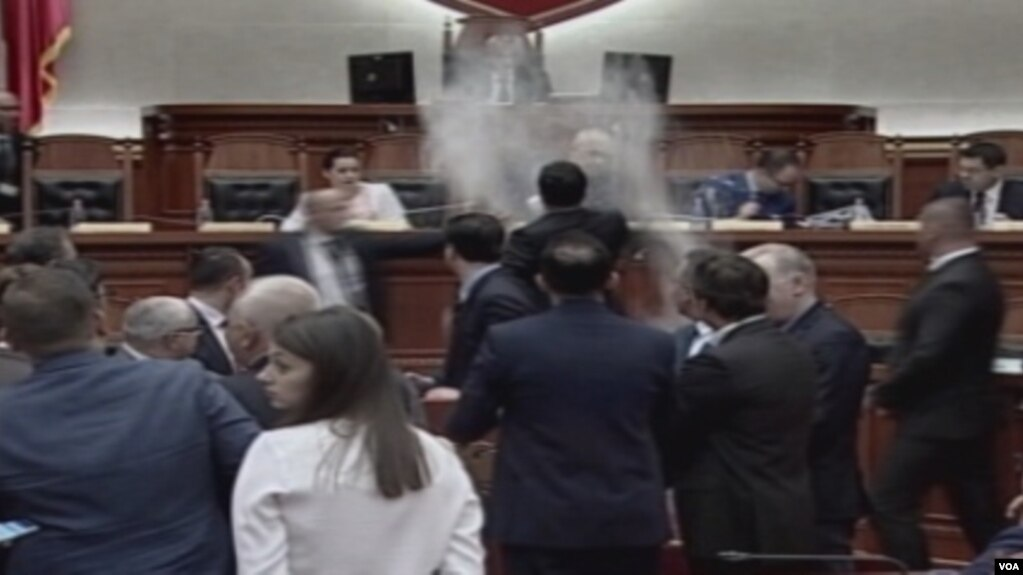 Shqipëri, tension në parlament