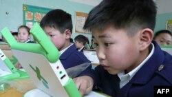 蒙古国儿童使用捐助的个人电脑