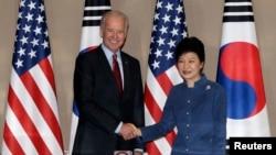 Phó Tổng thống Hoa Kỳ Joe Biden (trái) và Tổng thống Nam Triều Tiên Park Geun-hye trước cuộc hội đàm tại dinh tổng thống ở Seoul, 6/12/13