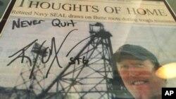 Uramljeni novinski članak o Robertu O'Nilu sa njegovom potpisanom fotografijom u sportskom baru u njegovom rodnom gradu Bati u Montani.