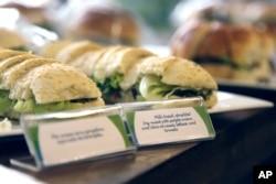 Sandwich daging adalah salah satu menu Olimpiade di Rio de Janeiro, Brasil, 6 Mei 2016. (Foto: AP)