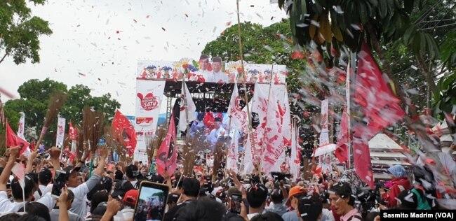 Ribuan warga sekitar hadir dalam kampanye Jokowi-Ma'ruf di Tangerang, Banten, Minggu, 7 April 2019.(Foto: Sasmito Madrim/VOA)