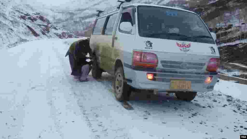 افغانستان کے صوبے بامیان میں برفباری۔