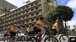 夏威夷的警察11月8日在亚太经合组织峰会会址附近巡逻