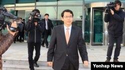 금강산 관광 15주년 기념식 행사를 위해 임직원들과 함께 18일 방북했던 김영현 현대아산 전무가 동해선남북출입사무소로 돌아오고 있다.