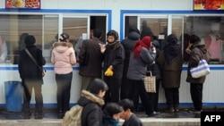 图为平壤的朝鲜民众排队购买食物资料图