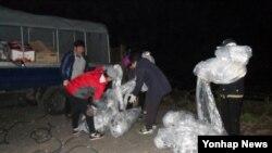 25일 한국 내 탈북자 단체인 자유북한운동연합 회원들이 경기도 김포시 화성면 마곡리에서 대북전단 살포 준비를 하고 있다.