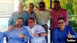 Presiden Bolsonaro berfoto dengan Dubes AS untuk Brazil Todd Chapman (paling kanan).