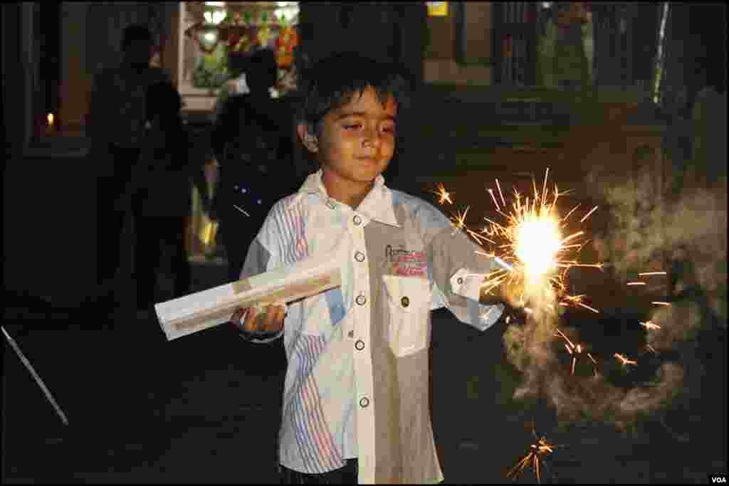 سوامی نارائن مندر میں دیوالی کی خوشیاں منانے کیلئے بچے پھلجڑیاں جلاتے نظر آئے