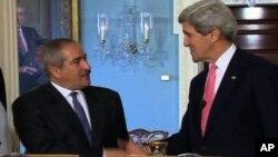 Menlu AS John Kerry (kanan) dan Menlu Yordania Nasser Judeh membahas putaran baru perdamaian Timur Tengah dalam pertemuan di Amman, Yordania (16/7).
