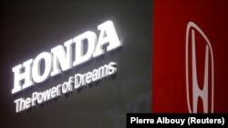 Logo Honda dalam sebuah pameran, Geneva International Motor Show ke-89 di Jenewa, Swiss, 5 Maret 2019. (Foto: REUTERS/Pierre Albouy)