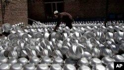 کارگر افغان در یک شرکت المونیم سازی در جلال آباد