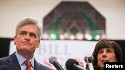 Bill Cassidy dari Partai Republik menyapa pendukungnya bersama istrinya setelah memenangkan pemilihan Senator di Baton Rouge, Louisiana, 6 Desember 2014.