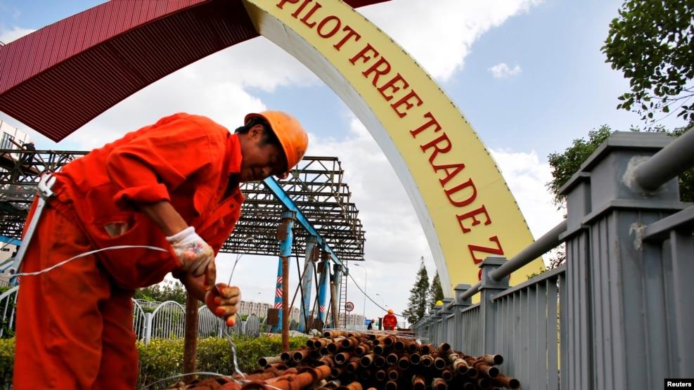 在上海自贸区欢迎标语旁工作的劳工。(资料照)