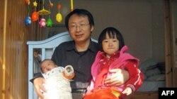中国青年政治学院副教授杨支柱和他的两个孩子