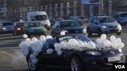 Pengendara mobil di Rusia memasang balon-balon warna putih untuk memprotes pencalonan kembali Putin sebagai Presiden (29/1).