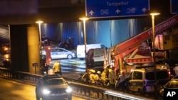 Pakar forensik menyelidiki sebuah mobil di jalan raya kota A100 setelah terjadi kecelakaan di Berlin, Jerman, Selasa 18 Agustus 2020. (Paul Zinken/dpa via AP)