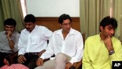 وسیم اکرم، اعجاز احمد اور عطاءالرحمان قیوم کمشن میں پیش ہونے سے پہلے۔ فائل فوٹو