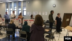Americans vote in the US Presidential Election 2016, at JEB Stuart High School, Fairfax, Virginia, on Tuesday morning, November 8, 2016. (Men Kimseng/VOA Khmer)