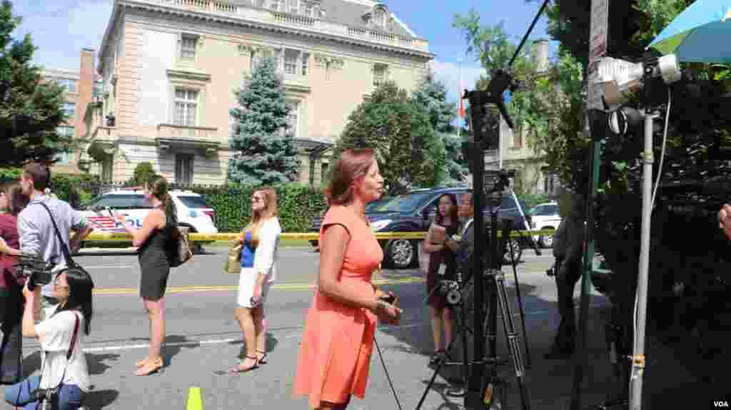媒体在古巴使馆前现场报道 (美国之音杨晨拍摄)