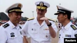 2014年8月5日美国第七舰队在青岛港: 舰队司令罗伯特·小托马斯(中)与中国北海舰队司令袁誉柏(左)