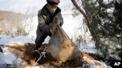 지난해 12월 북한 구장군 룡연리 주민이 한국전 참전 군인의 유해가 들었다고 주장하는 포대를 들어보이고 있다.