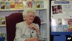 美国前第一夫人芭芭拉•布什在一家书店的儿童书籍部。(资料照)