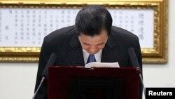 ປະທານາທິບໍດີ ໄຕ້ຫວັນ ທ່ານ Ma Ying-jeou ກົ້ມຫົວຄຳນັບ ຫລັງຈາກ ປະກາດລາອອກ ຈາກຫົວໜ້າພັກ Kuomintang.