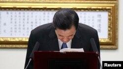 Tổng thống Mã Anh Cửu của Đài Loan cúi chào sau khi loan báo từ chức chủ tịch Quốc Dân Đảng, 3/12/14