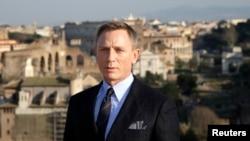 "Aktor Daniel Craig berpose untuk mempromosikan film terbaru James Bond ""Spectre"" di tengah kota Roma, 18 Februari 2015."