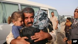 Abdul Rahman Ismail, un soldat irakien qui a été pris pour cible par des extrémistes de l'État islamiques est réuni avec sa famille en dehors de Falloujah, en Irak, le vendredi 3 Juin 2016.(AP Photo/ Khalid Mohammed)