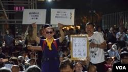 中國大陸民眾到香港參加維園六四燭光集會 (美國之音 湯惠芸攝)