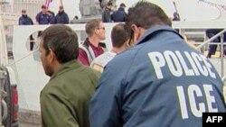 Cảnh sát thuộc Cục Kiểm soát Di trú và Hải quan bắt nghi can liên quan đến buôn người