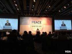30일 한국 국가안보전략연구원과 미국 대서양위원회(Atlantic Council)가 공동주최한 국제 심포지엄에서 홍석현 전 주미대사가 기조 연설을 하고 있다.