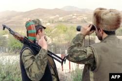 آرمینیا اور آذربائیجان کی سرحد پر محافظ نگرانی کر رہے ہیں۔