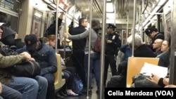 Oficiales de policía patrullan dentro de los trenes subterráneos de la ciudad de Nueva York tras el ataque terrorista del martes en el Bajo Manhattan.