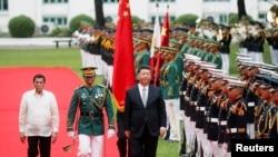 លោកប្រធានាធិបតីចិន Xi Jinping និងលោកប្រធានាធិបតីហ្វីលីពីន Rodrigo Duterte ពិនិត្យជួរទាហាន កាលពីថ្ងៃទី២០ ខែវិច្ឆិកា ឆ្នាំ២០១៨។