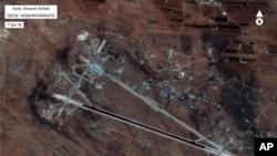 عکس ماهواره ای ارتش آمریکا از محل حمله موشکی ایالات متحده در سوریه که از آنجا حملات شیمیایی قبلی صورت گرفته بود.